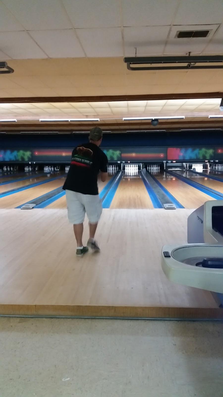 Beaus Billiard Bowling & Arcade - bowling alley  | Photo 3 of 10 | Address: 100 Village Rd, Port Lavaca, TX 77979, USA | Phone: (361) 552-2667