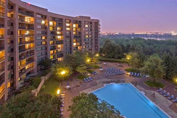 Water Park Towers Apartments - real estate agency  | Photo 9 of 10 | Address: 1501/1505 Crystal Dr, Arlington, VA 22202, USA | Phone: (703) 418-1000