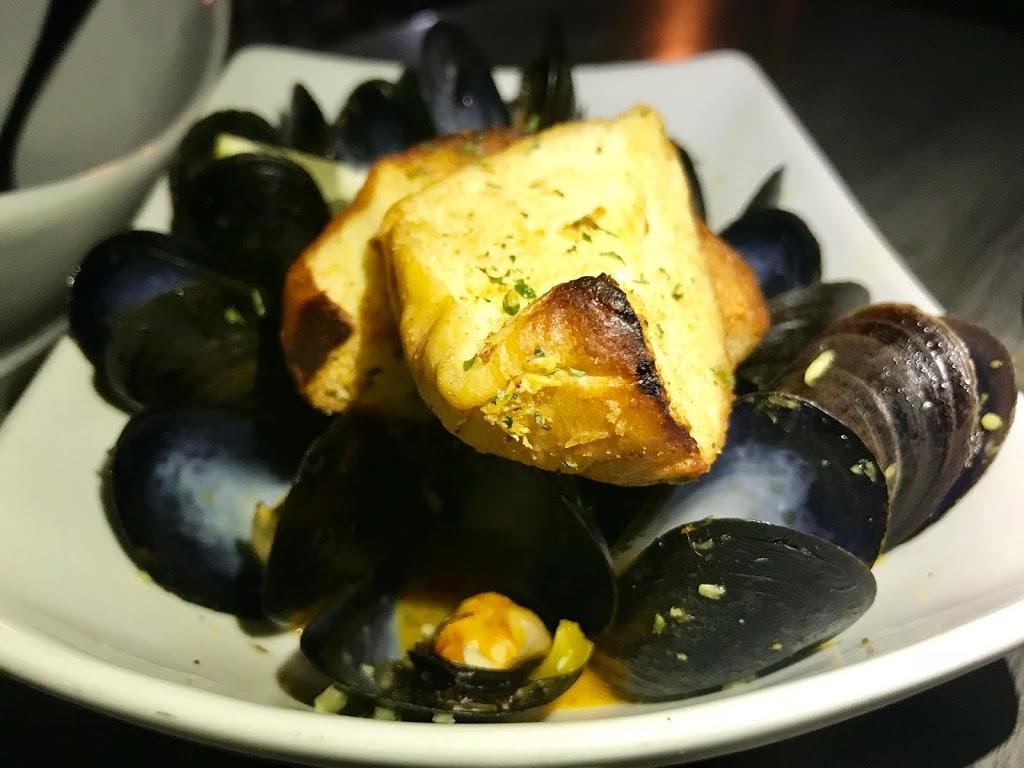 Beach House Grill - restaurant  | Photo 2 of 10 | Address: 1 Dorne Dr, Stratford, CT 06615, USA | Phone: (203) 612-7134