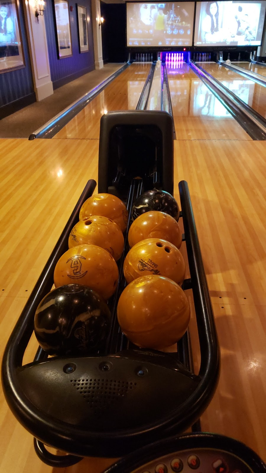 High Rollers Luxury Lanes & Sports Lounge - bowling alley  | Photo 4 of 10 | Address: 350 Trolley Line Blvd, MASHANTUCKET, CT 06338, USA | Phone: (860) 312-2695