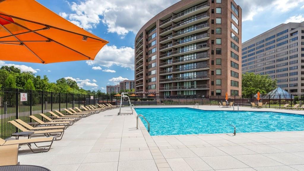 Water Park Towers Apartments - real estate agency  | Photo 8 of 10 | Address: 1501/1505 Crystal Dr, Arlington, VA 22202, USA | Phone: (703) 418-1000