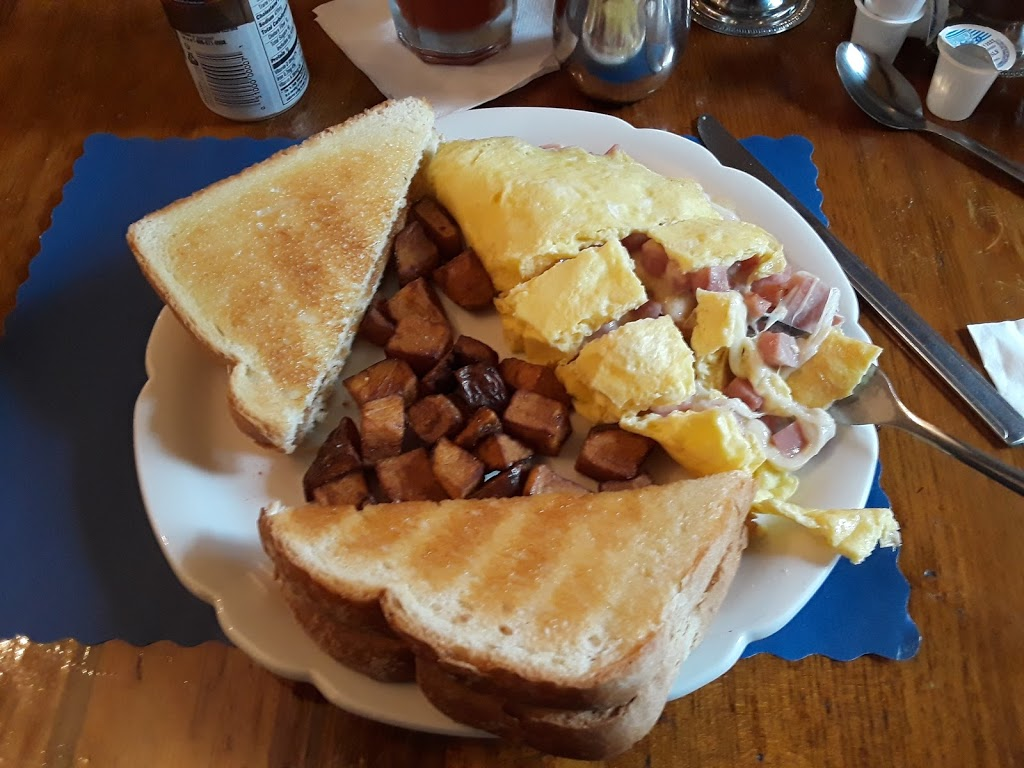 French King Restaurant - lodging    Photo 3 of 10   Address: 129 French King Hwy, Erving, MA 01344, USA   Phone: (413) 423-3328
